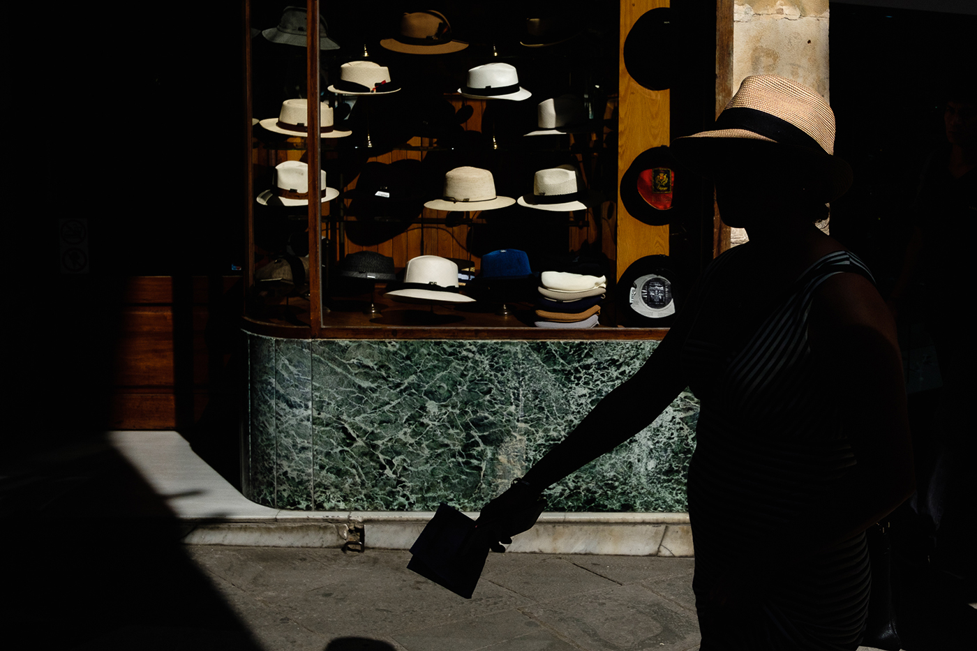 The lady of the hat. fotografia de carrer streetphoto street photography hats Barcelona moncat